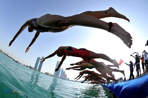 women pontoon dive